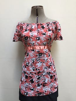 Blusa off shoulder de gasa con estampado en tonos coral, blanco y negro, elástico en los hombros, botón y escote delantero Talla M foto 1